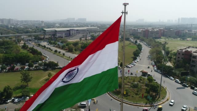 drone shot of the indian tricolor flag fluttering- mid shot (slow) - nowe delhi filmów i materiałów b-roll