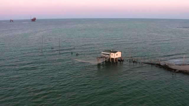 gün batımında tipik balıkçı kulübelerinin drone çekimi - ravenna stok videoları ve detay görüntü çekimi