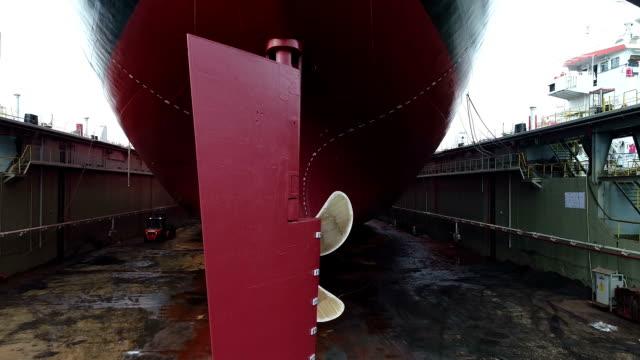 vidéos et rushes de tir de drone du navire au quai - hélice pièce mécanique
