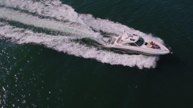 drone schuss von yacht segeln im ozean - gefreiter stock-videos und b-roll-filmmaterial