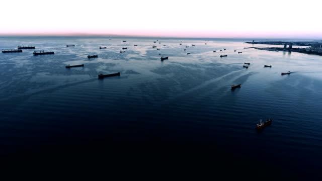 vídeos de stock, filmes e b-roll de tiros do zangão de muitos navios ancorados no mar de marmara em istambul bosphorus - estreito mar