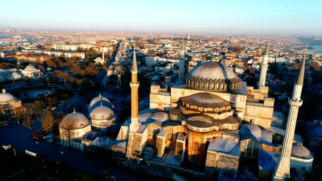 drone skott av hagia sofia och sultanahmet blå moskén vid sunrise i istanbul - ramadan kareem bildbanksvideor och videomaterial från bakom kulisserna