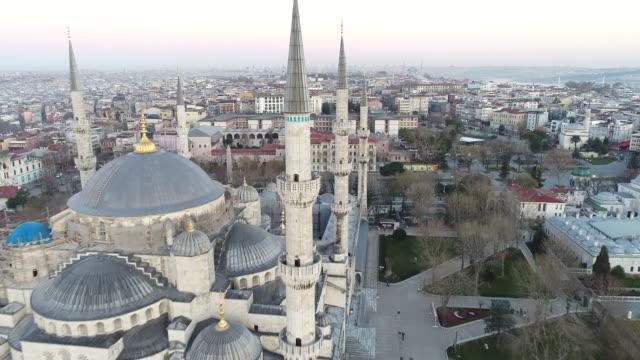 drone shots of istanbul hagia sophia museum and blue mosque at sunrise - ramadan kareem стоковые видео и кадры b-roll