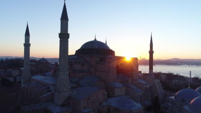 vídeos de stock, filmes e b-roll de fotos de drones do museu hagia sophia de istambul e mesquita azul ao nascer do sol - civilização milenar