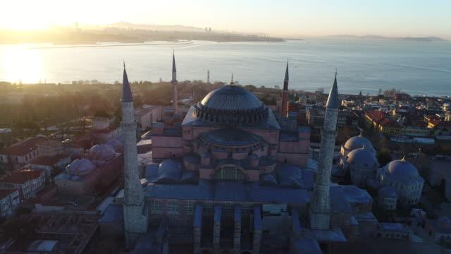 vídeos de stock e filmes b-roll de drone shots of istanbul hagia sophia museum and blue mosque at sunrise - istambul
