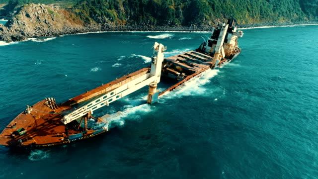 дрон выстрелы тонущий корабль, мель корабль, старый ржавый корабль, сожженный корабль, заброшенный корабль, кораблекрушение - погружённый стоковые видео и кадры b-roll