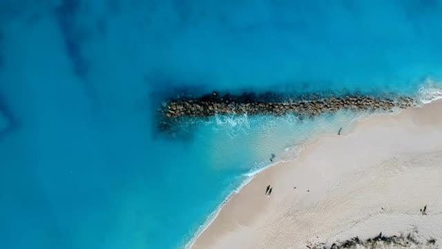 stockvideo's en b-roll-footage met drone stationaire antenne voor jetty in grace bay, providenciales, turks- en caicoseilanden - grace bay