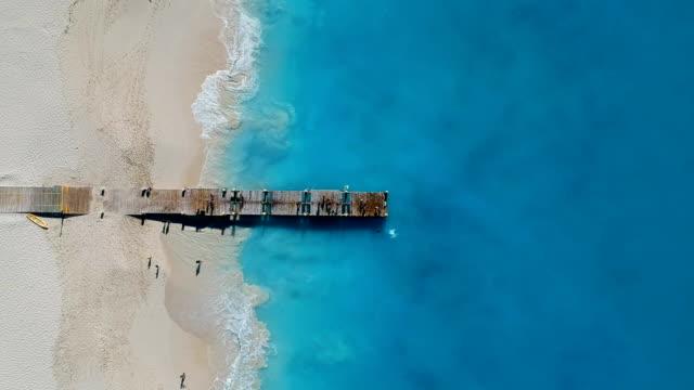 stockvideo's en b-roll-footage met drone stationaire antenne van pier in grace bay, providenciales, turks- en caicoseilanden - grace bay