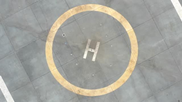 vídeos de stock e filmes b-roll de drone takeoff from helicopter helipad - helicóptero