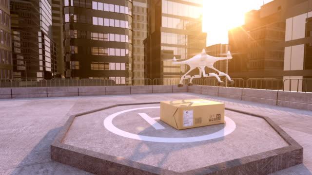 드 론 건물 지붕에는 소포를 멀리 걸립니다. - 무인항공기 스톡 비디오 및 b-롤 화면