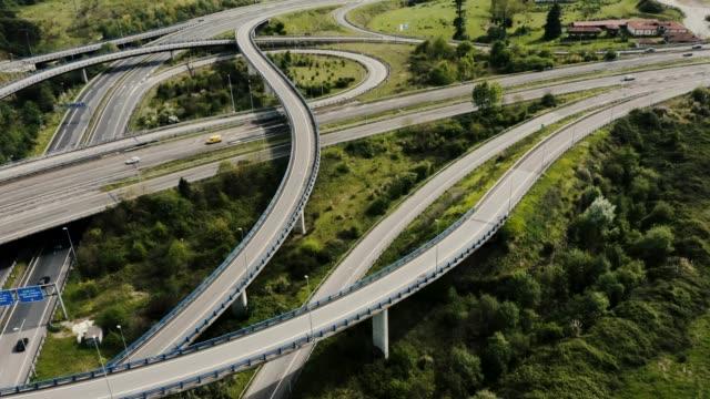Dummer oben Blick auf Autobahnkreuz Kreuzung. – Video