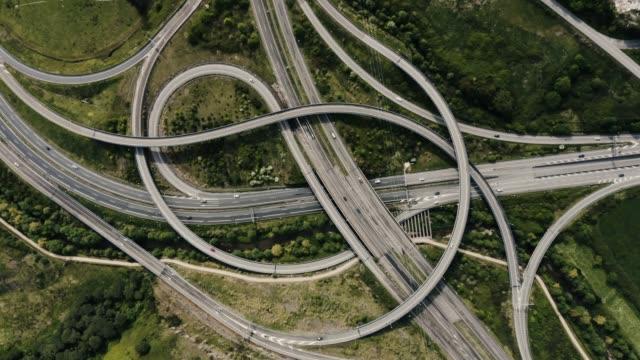 vidéos et rushes de drone vue de dessus de l'échangeur de jonction d'autoroute. - route surélevée