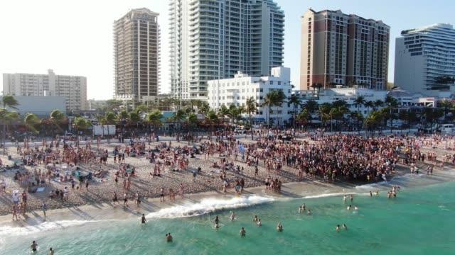 drohnenvideo von fort lauderdale spring break florida - spring break stock-videos und b-roll-filmmaterial