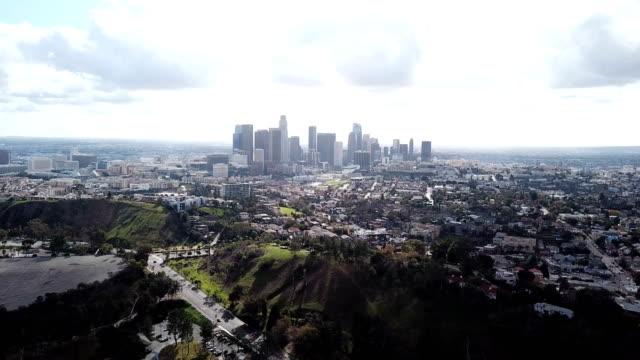 4k drohne video von skyline der innenstadt los angeles und die umliegenden häuser und gebäude - stadtsilhouette stock-videos und b-roll-filmmaterial