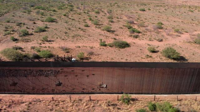 video drone 4k del muro internazionale tra messico e stati uniti nel nuovo messico dove il muro è in costruzione. - cultura americana video stock e b–roll