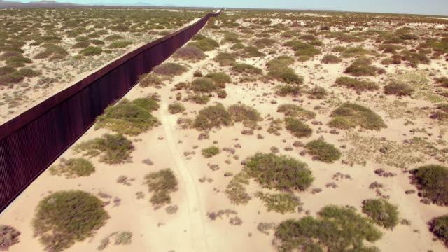 壁が建設中のニューメキシコ州のメキシコと米国の間の国際壁の4kドローンビデオ。 - 壁点の映像素材/bロール