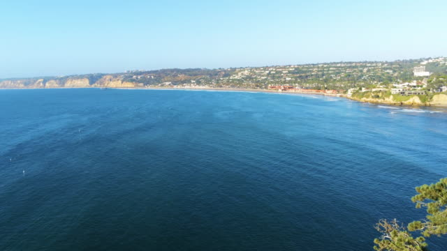 drone görünümü plaj ve okyanus üzerinde uçurumun üzerinde - andaman denizi stok videoları ve detay görüntü çekimi