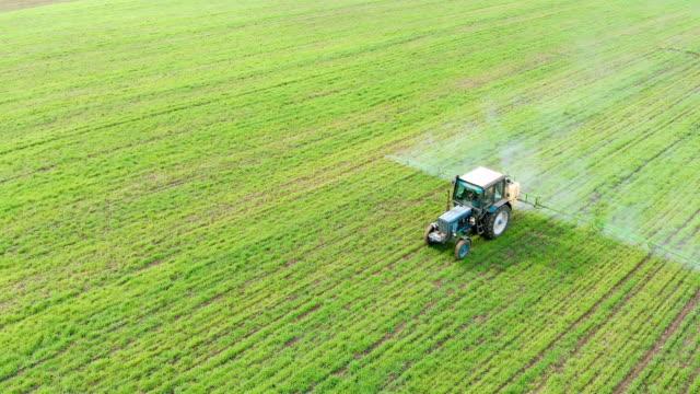 Drone Visa jordbruk gödsel medel som arbetar på odlade fält med grödor video