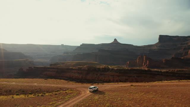 drohnenansicht: auto am shafer trail canyonlands - hochplateau stock-videos und b-roll-filmmaterial