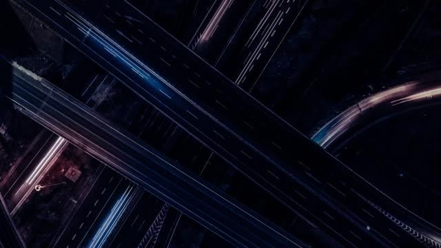 vidéos et rushes de vue de drone pan t/l, sentier léger du passage supérieur la nuit - science et technologie