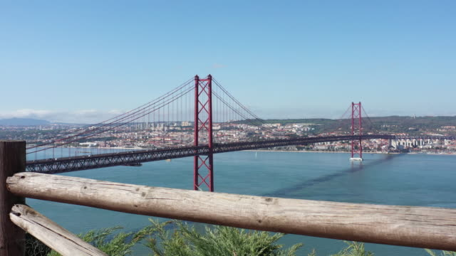 vídeos de stock e filmes b-roll de drone view of 25th of april bridge in lisbon - ponte 25 de abril
