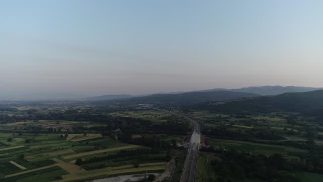 vista drone di un'autostrada in serbia - ambientazione tranquilla video stock e b–roll