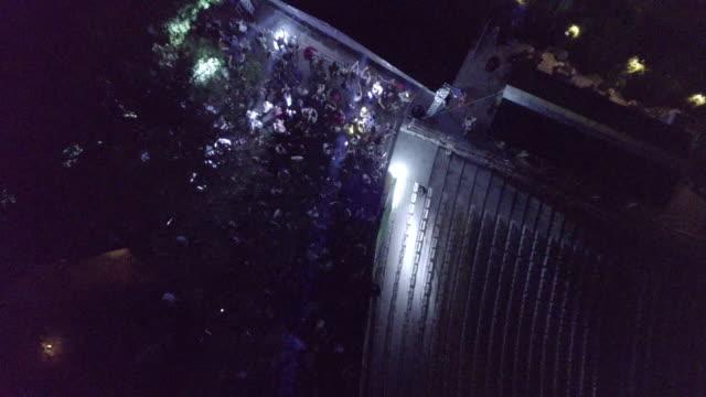 vídeos de stock e filmes b-roll de drone view of a party in city at night - bar local de entretenimento