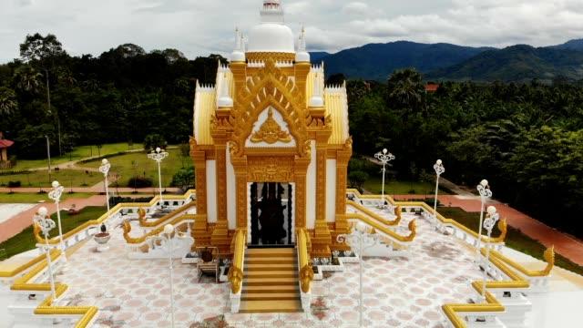 タイで緑の森の美しい金閣寺観をドローンします。椰子の林。カノム。神聖な仏舎利塔や五重塔。 - サムイ島点の映像素材/bロール