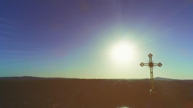 stockvideo's en b-roll-footage met drone-weergave van de klokkentoren met gouden koepel, gouden kruis van de kathedraal. 4k. - klooster