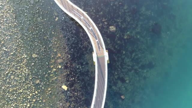 vídeos de stock, filmes e b-roll de vista de drone da ponte no mar - ponte
