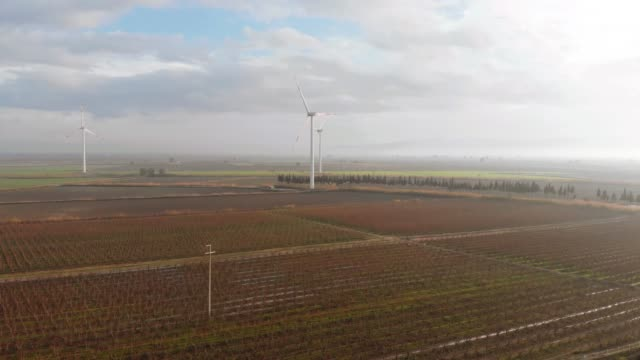drohne blick auf landschaft feld und windmühlen - verantwortung stock-videos und b-roll-filmmaterial
