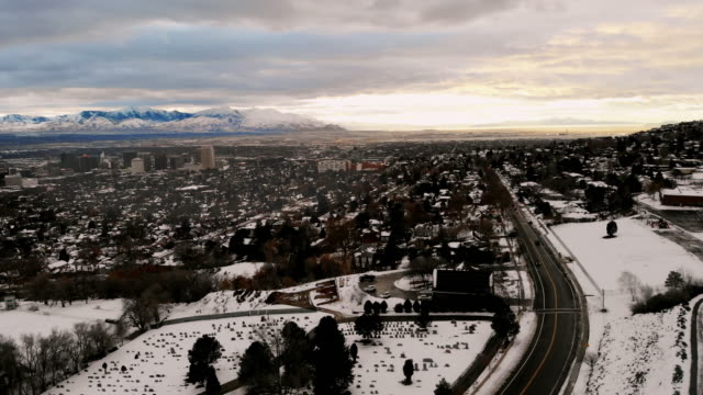 drone view of downtown salt lake city at sunset in the winter - salt lake stan utah filmów i materiałów b-roll
