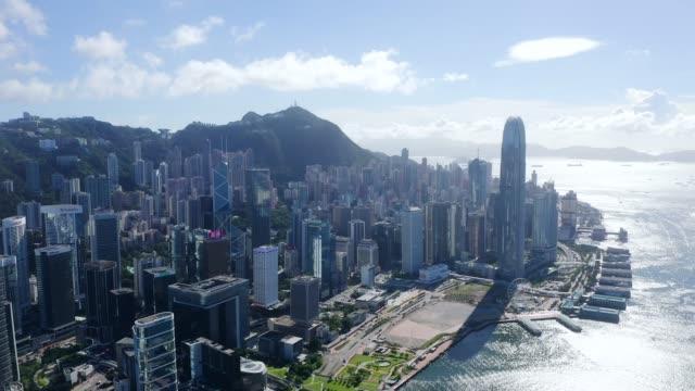 drone view of hong kong city - центральный район стоковые видео и кадры b-roll