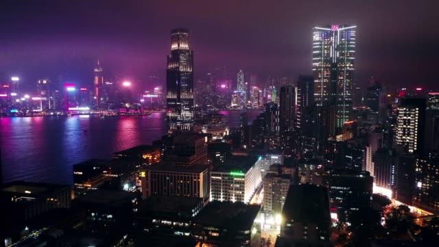 夜の香港のカウルーーン市のスカイラインのドローンビュー - 香港点の映像素材/bロール