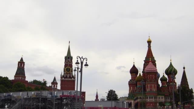 drönarvy ikoniska kreml saint basil's cathedral church i moskva ryssland - kreml bildbanksvideor och videomaterial från bakom kulisserna