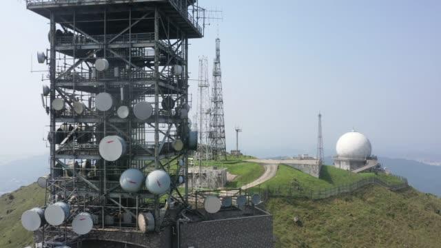 vídeos de stock, filmes e b-roll de vista de drone da estação do observatório em tai mo shan, pico mais alto em hong kong - antena parabólica