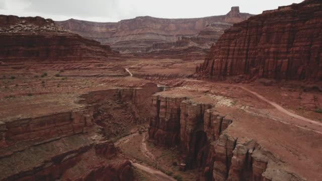 drohne-ansicht des shafer trail im canyon in der nähe von moab - hochplateau stock-videos und b-roll-filmmaterial