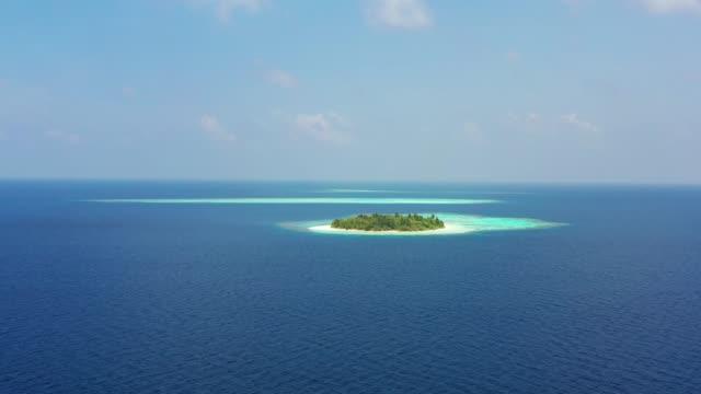 vista drone della piccola isola tropicale alle maldive - isola video stock e b–roll