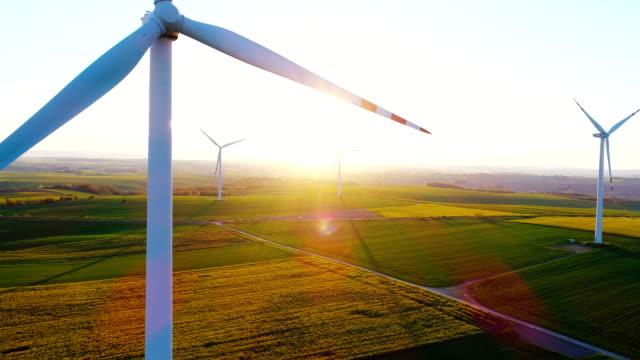 drönarvy väderkvarn turbinen i gryningen. - miljö bildbanksvideor och videomaterial från bakom kulisserna