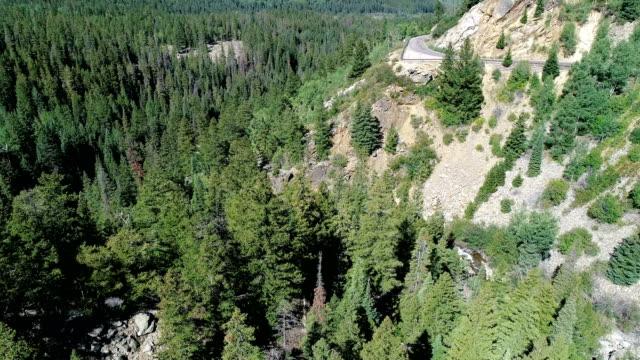 vídeos de stock, filmes e b-roll de vista do zangão que panning através do vale enorme da montanha rochosa em colorado - independence pass