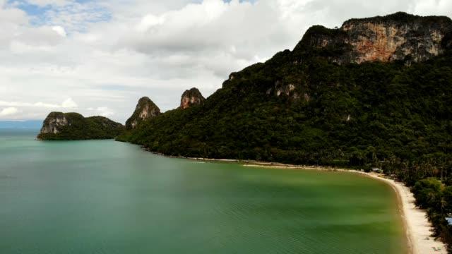 ドローン ビュー パラダイス エキゾチックな海岸とカルスト丘はタイの緑のジャングルの林で覆われています。カラフルな海または海。 - サムイ島点の映像素材/bロール