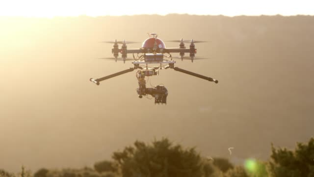 vídeos y material grabado en eventos de stock de slo mo drone con cámara en sol - drone footage