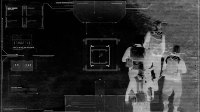 vidéos et rushes de drone avec vision nocturne thermique de l'escouade terroriste marchant avec des armes - armement