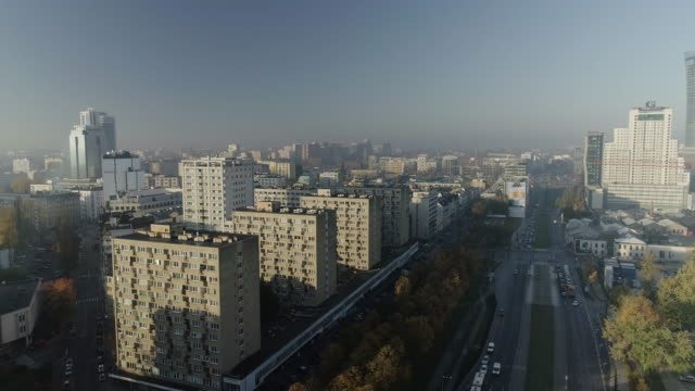 drone,footage,of,warsaw,streets,during,the,sunny,day. - polonia video stock e b–roll