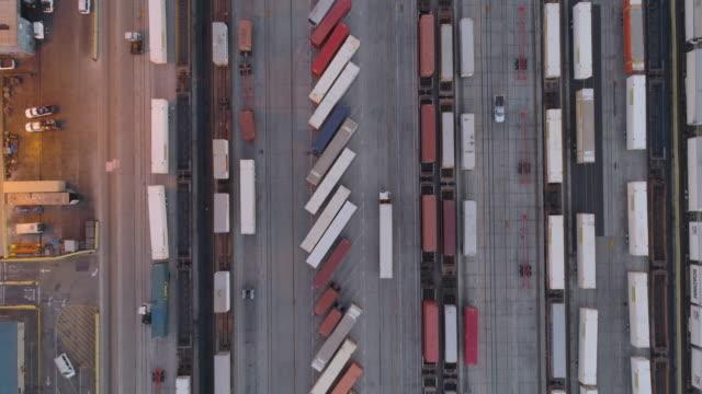 drohnen: eine antenne road trip gerade nach unten versandbehälter - container stock-videos und b-roll-filmmaterial
