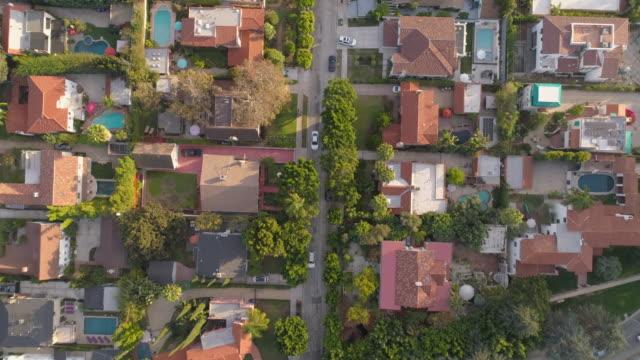 Zangões: Uma antena estrada viagem reta abaixo - vídeo