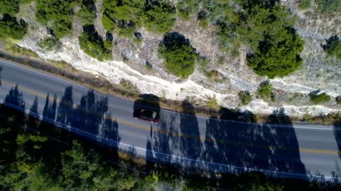 vídeos y material grabado en eventos de stock de drones: un viaje por carretera de antena - un solo objeto