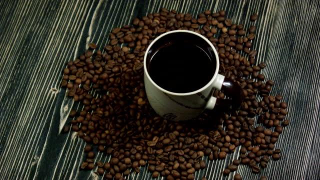 一杯のコーヒーに陥るをドロップします。木製の背景に - ソーサー点の映像素材/bロール