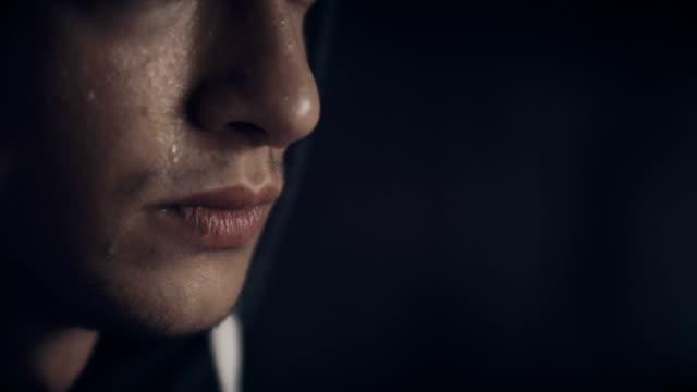 La gota de sudor que gotea de la nariz del hombre - vídeo