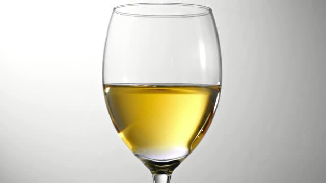 drop of white wine - vitt vin glas bildbanksvideor och videomaterial från bakom kulisserna